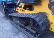 2009 BOXER BRUTE 427 TRACKED MINI SKID STEER LOADER WITH 4 IN 1 BUCKET – VERY TIDY MACHINE WITH LESS THAN 550 HOURS
